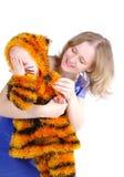 Femme élégante et la fille dans un procès d'un tigre Photo stock