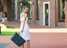 Femme élégante heureuse marchant autour de la ville et de l'achat Photo libre de droits