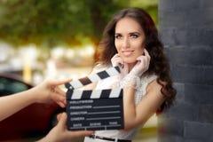Femme élégante heureuse prête pour une pousse Image stock