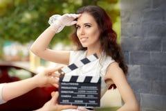 Femme élégante heureuse prête pour une pousse Photographie stock libre de droits
