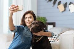 Femme élégante magnétique faisant un selfie Image libre de droits