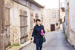 Femme élégante marchant autour de la vieille ville Femelle dehors Photographie stock libre de droits