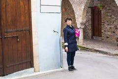 Femme élégante marchant autour de la vieille ville Femelle dehors Image stock