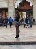 Femme élégante non identifiée avec le téléphone portable Photographie stock