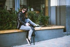 Femme élégante sur une rue de ville Photos stock