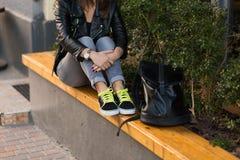 Femme élégante sur une rue de ville Photographie stock libre de droits