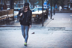 Femme élégante sur une rue de ville Photos libres de droits