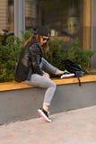 Femme élégante sur une rue de ville Images libres de droits