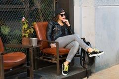 Femme élégante sur une rue de ville Photographie stock