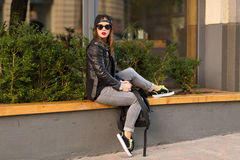 Femme élégante sur une rue de ville Photo libre de droits
