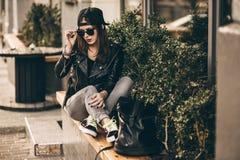 Femme élégante sur une rue de ville Image stock
