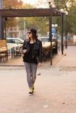 Femme élégante sur une rue de ville Photo stock