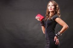 Femme élégante tenant le sac d'embrayage rouge de sac à main Photos stock