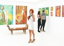 Femme élégante une ouverture d'exposition Photographie stock libre de droits
