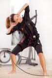 Femme, électro exercice musculaire de stimulation de SME Photographie stock