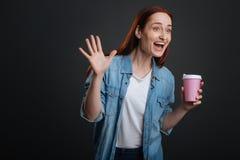 Femme émotive enthousiaste repérant son ami dans une foule Images stock