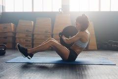 Femme énergique faisant l'exercice abdominal photos stock