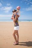 Femme épaulant le bébé Photo libre de droits
