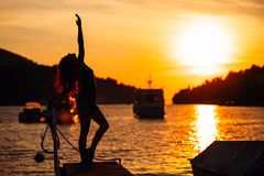 Femme équilibrée insouciante en nature Conclusion de la paix intérieure Mode de vie curatif spirituel Apprécier la paix, thérapie photos libres de droits