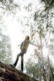 Femme équilibrant sur le logarithme naturel Photo libre de droits