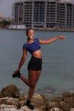 Femme équilibrant sur les roches Image stock