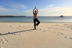 Femme équilibrant sur une pose de yoga de jambe images libres de droits