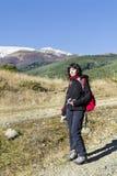 Femme équipée trimardant dans une haute montagne d'hiver Images stock