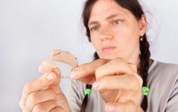 Femme équipant une prothèse auditive du moule d'oreille Photographie stock libre de droits