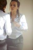 Femme étant prête pour le travail Image stock