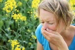 Femme éternuant en raison du pollen Photographie stock libre de droits