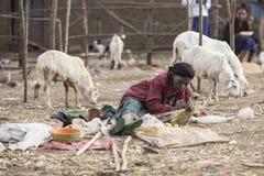 Femme éthiopienne faisant des paniers Photo stock