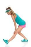 Femme étirant la cuisse avec l'exercice debout de bout droit de tendon Photos stock