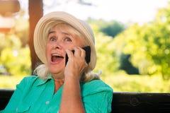 Femme étonné avec le téléphone portable Photos libres de droits