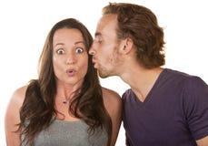 Femme étonné embrassé par Man Image libre de droits