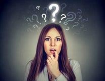 Femme étonnée avec beaucoup de questions et aucune explication ou réponse Photos stock