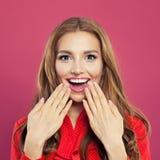 Femme étonnée avec le portrait ouvert de plan rapproché de bouche Belle jeune fille enthousiaste sur le fond rose lumineux coloré image stock