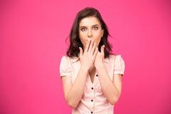 Femme étonnée couvrant sa bouche de mains Photo stock