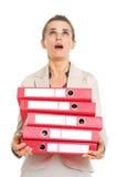 Femme étonnée d'affaires avec la pile de dossiers recherchant Photos libres de droits