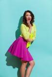 Femme étonnée dans des couleurs vibrantes Photos libres de droits