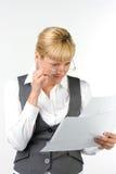 Femme étonnée en glaces avec des documents Photo stock