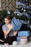 Femme étonnée heureuse à la maison Images stock
