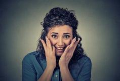 Femme étonnée par jeunes heureux de portrait photographie stock