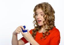 Femme étonnée par proposition de son ami Photos stock