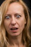 Femme étonnée regardant vers le bas images libres de droits