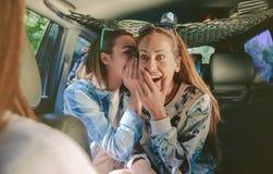 Femme étonnée riant au bavardage de écoute de Images stock
