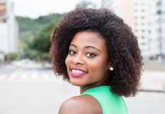 Femme étonnante d'Afrique dans une chemise verte dans la ville Photos libres de droits