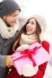 Femme étonnante d'homme avec le cadeau Photos stock