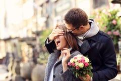 Femme étonnante de jeune homme avec des fleurs Photos libres de droits