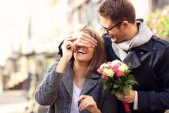 Femme étonnante de jeune homme avec des fleurs Image libre de droits