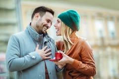 Femme étonnante son ami avec un cadeau Image libre de droits